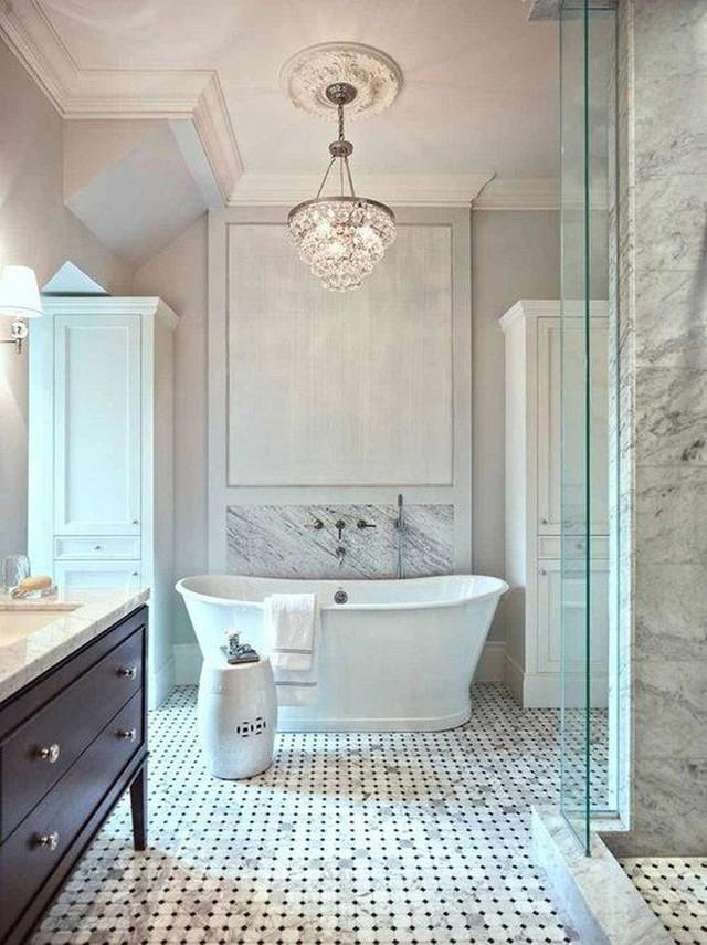 Những bộ đèn chùm bằng pha lê càng làm cho căn phòng tắm gia đình trở nên đẳng cấp, tinh tế hơn rất nhiều.
