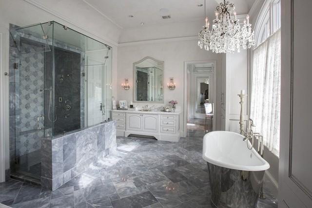 Khi bạn thiếu ý tưởng trang trí căn phòng tắm gia đình thì việc sử dụng đèn chùm chính là một lựa chọn không tồi chút nào.