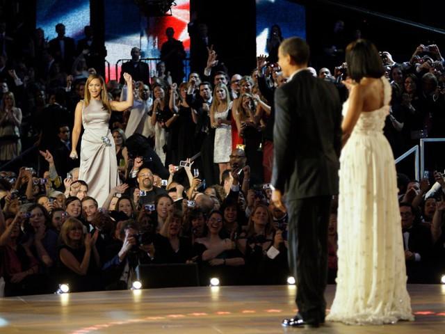 Tất nhiên, bà Michelle vẫn cần những bộ váy nổi bật sang trọng cho những đêm hẹn hò. Dù bận rộn, vợ chồng Obama luôn cố gắng sắp xếp thời gian riêng tư cho nhau. Cặp đôi gần đây đã bị bắt gặp tay trong tay đến xem một buổi hòa nhạc của Beyoncé và Jay-Z.