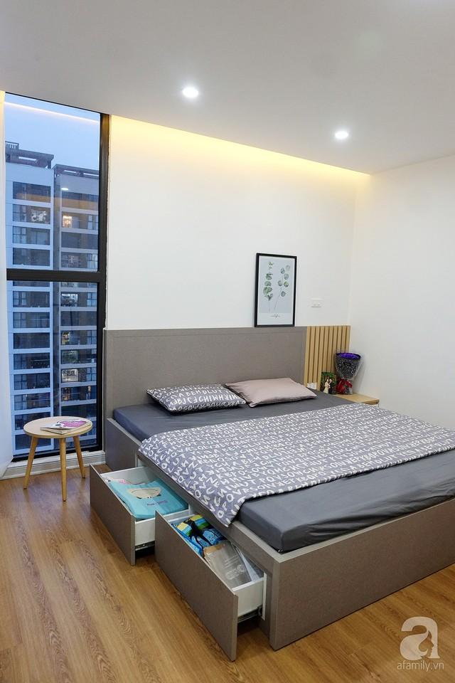 Kệ kết hợp bàn làm việc phụ ở bức tường phía cuối giường. Hệ thống tủ kết nối với bàn làm việc cạnh cửa sổ khá tiện dụng.