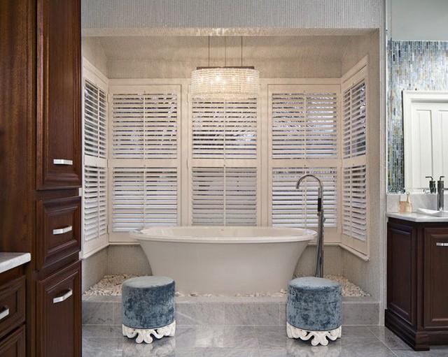Nếu muốn thay đổi diện mạo cho căn phòng tắm gia đình hay ghi điểm trong mắt mọi vị khách ghé chơi đừng quên gợi ý sử dụng đèn chùm để trang trí nhé.