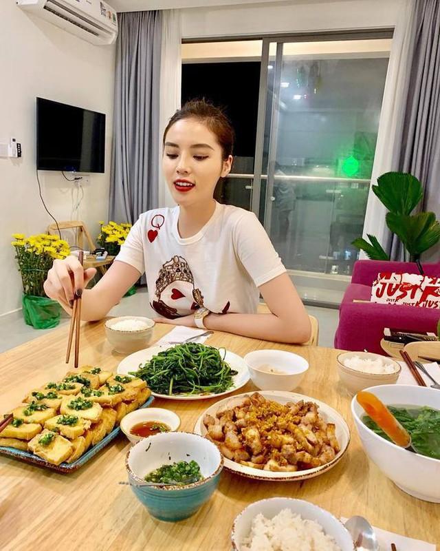 Cô tiêu thụ chủ yếu là rau xanh, chứa nhiều chất xơ giúp no lâu và protein từ ức gà, cá hồi nhằm duy trì, hỗ trợ cơ bắp phát triển.