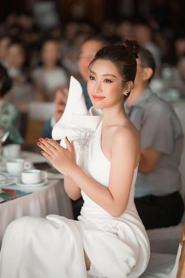 Sự khác biệt lớn khi Đỗ Mỹ Linh xuất hiện với vai trò của một hoa hậu và một BTV.