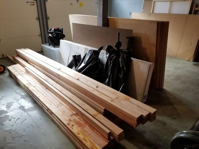 Người đàn ông mua những thanh gỗ ép lớn để làm bộ khung, bàn và ghế từ 1 xưởng gỗ có tiếng trong vùng.