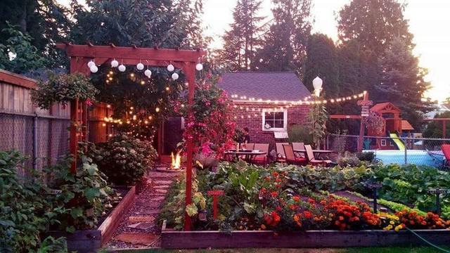 Lối nhỏ vào nhà đẹp lãng mạn, lung linh ánh sáng khi về đêm.