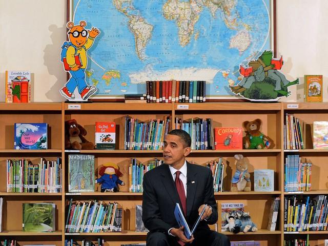 Ông Obama đã quyên tặng toàn bộ số lợi nhuận sau thuế thu được từ cuốn sách viết cho thiếu nhi của mình, nhan đề Of Thee I Sing để cấp học bổng cho con em của những binh sĩ bị thương hoặc thiệt mạng trong khi làm nhiệm vụ. Các khoản quyên tặng này tổng cộng là 329.000USD trong giai đoạn 2009 - 2015.