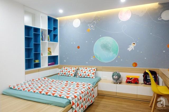 Căn phòng ngủ của bé đẹp ấn tượng với cách phối màu cơ bản xanh - gỗ - trắng.