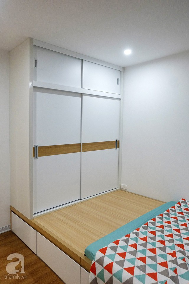 Phía cuối giường phản được lắp đặt tủ đựng đồ cánh trượt tiện ích.