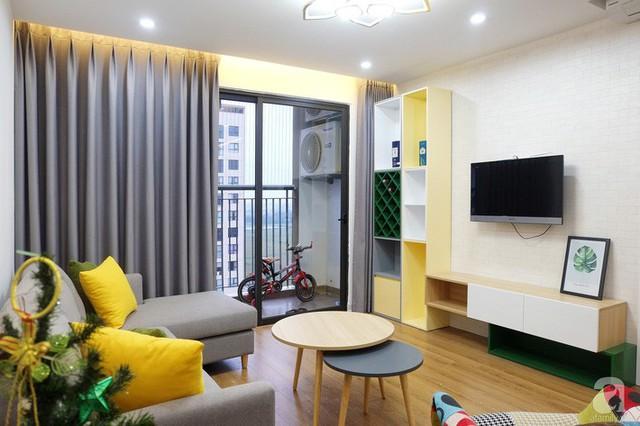 Ghế sofa chữ L cùng tông với màu rèm tạo sự liên kết hài hòa, ăn ý.