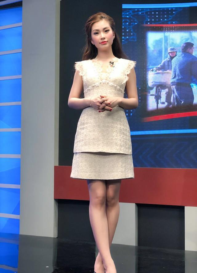Diễm Trang được khen ngợi về trang phục mặc khi dẫn trẻ trung, nữ tính mà thanh lịch.
