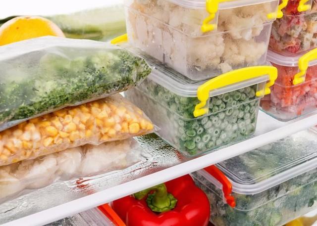 Đối với rau ăn sống như diếp cá, xà lách... thì bạn chỉ nên để ở ngăn mát, dùng trong vòng 3 ngày. Còn các loại rau nấu chín như hạt bắp, bông cải, đậu hà lan... thì sẽ trữ được lâu hơn nếu bạn cho chúng vào túi hoặc hộp nhựa, đóng kín rồi để ở tủ đông.