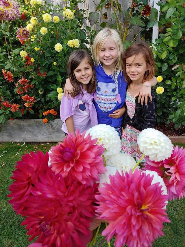 Phần thưởng của cuộc sống dành cho chị không chỉ là những người bạn, ánh mắt vui tươi hạnh phúc của con gái mà từ những người hàng xóm, những người nhận được món quà từ khu vườn của chị.