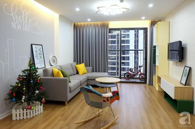 Không gian đẹp hơn khi có điểm nhấn từ bức tường phía sau sofa bởi những nét vẽ nhẹ nhàng, đơn giản nhưng vẫn đảm bảo sự ấn tượng và hiện đại.
