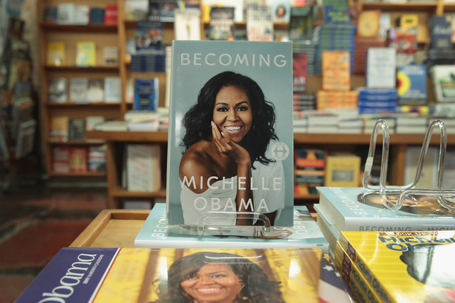 Cuốn hồi ký Becoming của bà Michelle Obama được phát hành tháng 11/2018 cũng nhanh chóng trở thành cuốn sách bán chạy nhất năm.