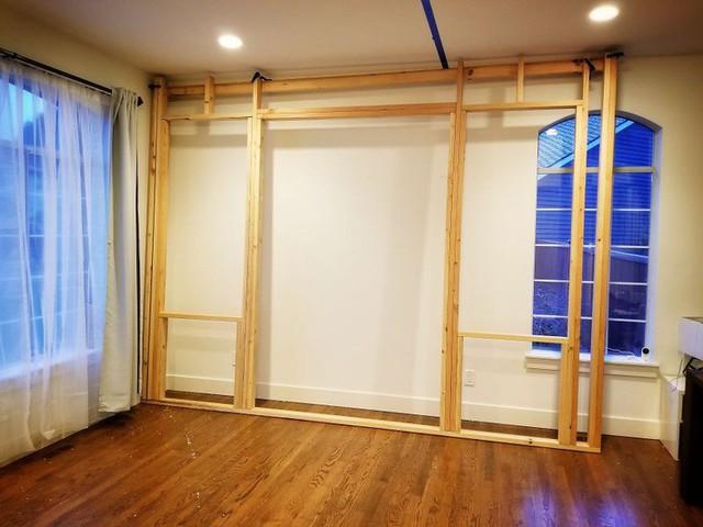Việc dựng khung là một khâu quan trọng và khó khăn nhất. Như các bạn nhìn thấy, phần khung do người đàn ông đóng bị lệch hẳn so với trần nhà khiến anh phải điều chỉnh khá nhiều lần.