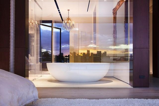 Bộ đèn chùm giúp nâng tầm căn phòng tắm gia đình như phòng ở khách sạn năm sao.