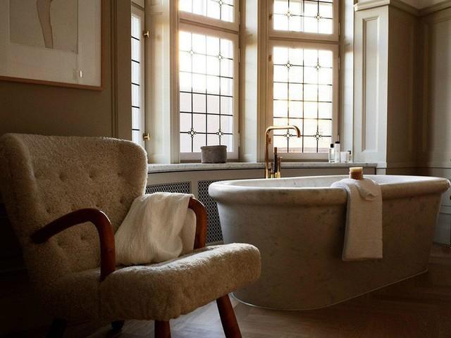 Các gam màu trắng kết hợp với chất liệu thô, mộc tự nhiên sẽ làm chuẩn mực trong thiết kế của Scandinavian.