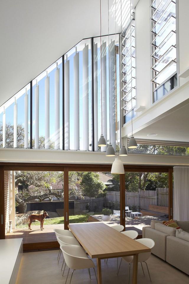 Phòng khách cao gấp đôi của ngôi nhà với trần được thiết kế dốc.