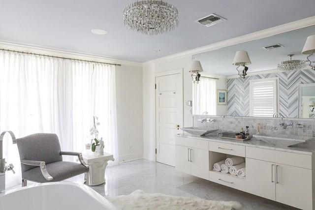 Không chỉ cung cấp ánh sáng sử dụng, những bộ đèn chùm còn được xem như món đồ trang trí ấn tượng bên trong căn phòng tắm gia đình.