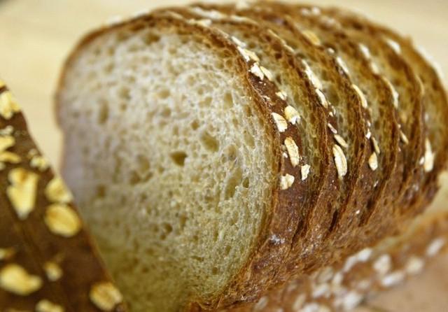 Bạn sẽ khó biết được hạn sử dụng chính xác của ổ bánh mì do chính mình làm ra. Vì thế, để bảo quản lâu hơn thì nên để bánh mì trong ngăn mát tủ lạnh, giúp bánh không nổi mốc. Tuy nhiên, nếu để lâu bánh sẽ bị cứng. Cần nướng lại trước khi ăn.