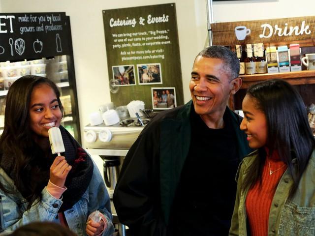 Năm 2007, ông Obama đã mua 2 gói bảo hiểm tăng theo độ tuổi Bright Directions với trị giá mỗi gói từ 50.000 - 100.000USD để chi trả cho việc học của hai cô con gái cưng - Malia và Sasha. Con gái lớn của cựu tổng thống đã bắt đầu theo học tại Đại học Harvard danh tiếng từ mùa thu năm ngoái.
