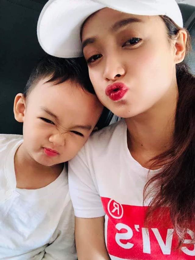 Sau kết hôn, vợ chồng Lê Bê La được nhận xét là một trong những cặp đôi có cuộc sống bình yên nhất nhì showbiz. Sau hơn 3 năm kết hôn, cặp đôi có 1 bé trai kháu khỉnh đã được 4 tuổi.