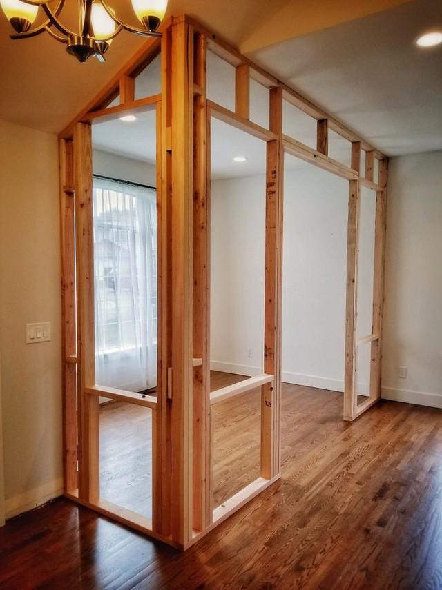 Khi bộ khung được hoàn thành thì rất nhiều phép thử và sai sót diễn ra. Điều quan trọng anh nhận được là khi thiết kế không gian có trần là góc nghiêng không nên sử dụng những tấm gỗ lớn. Những thanh gỗ nhỏ nối với nhau là lựa chọn dễ dàng thực hiện hơn.