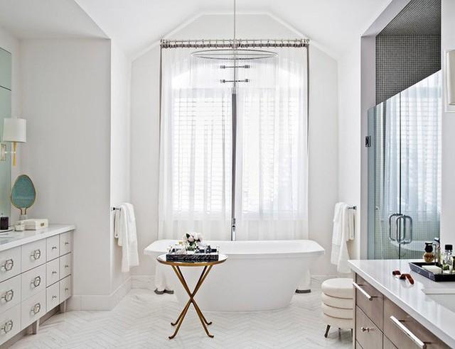Mẫu đèn chùm độc đáo rất thích hợp với phong cách thanh lịch, hiện đại của căn phòng tắm.