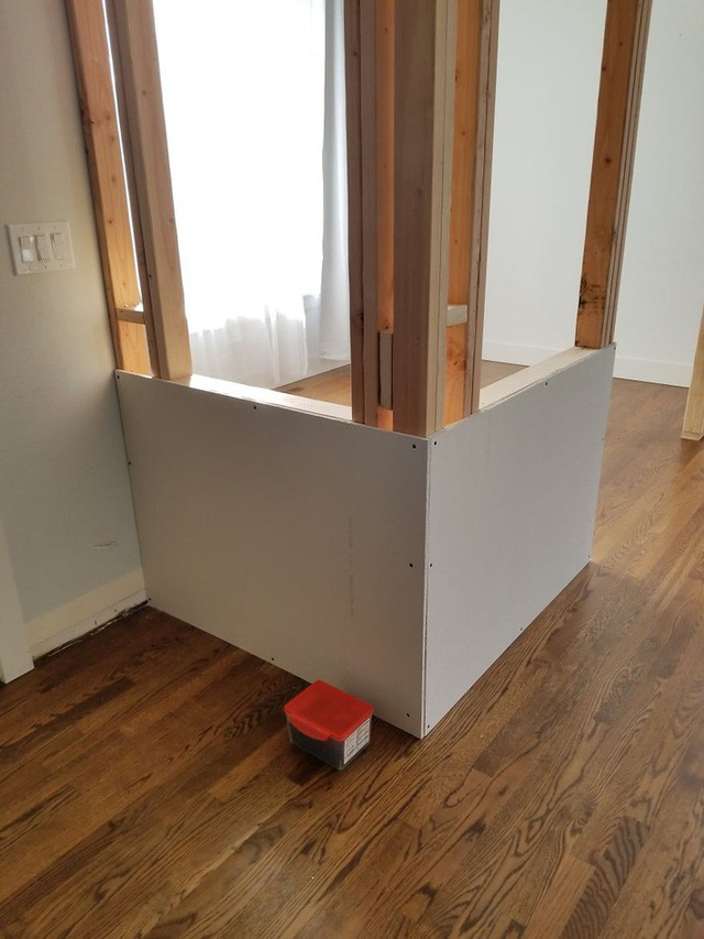 Sau khi đóng khung, anh mua thêm 8 tấm thạch cao lớn để ốp vào phần khung gỗ.