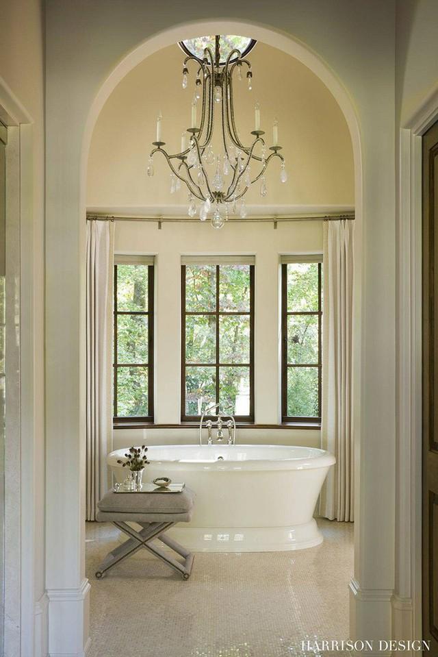 Không chỉ thích hợp cho căn phòng khách, bạn có thể thấy rằng mẫu đèn chùm này vô cùng phù hợp với thiết kế bên trong căn phòng tắm.