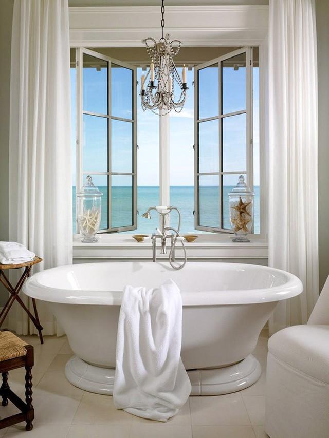 Phía trên bồn tắm luôn là một vị trí thích hợp để bạn lắp đặt những bộ đèn chùm ấn tượng giống như thế này.