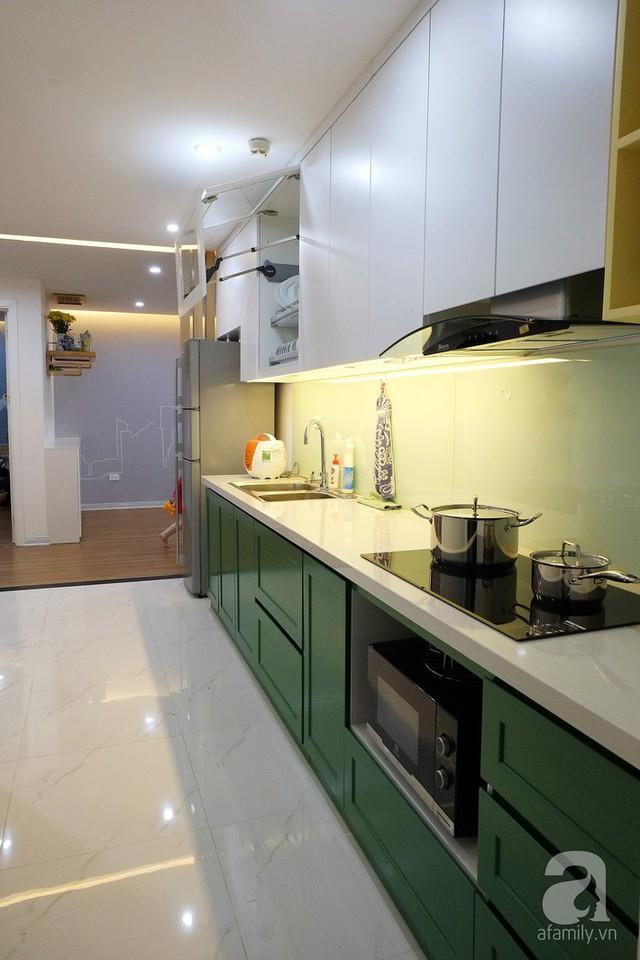 Khu vực bếp không cần nhiều diện tích, tận dụng khoảng tường dài 4m ở lối ra logia để thiết kế hệ thống tủ âm tường.