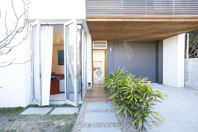 Phần mái nhà bên dưới cũng cung cấp bóng râm ở cấp độ thấp hơn.