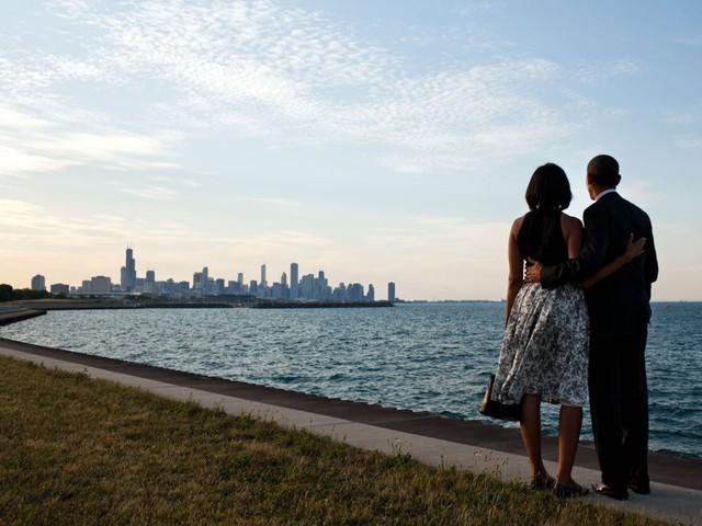 Ngoài căn biệt thự ở Washington, vợ chồng ông Obama vẫn còn nhà riêng ở khu dân cư Hyde Park tại thành phố Chicago. Họ mua căn nhà này với giá 1,65 triệu USD vào năm 2005. Họ đã thế chấp 1,3 triệu USD. Hiện tại căn nhà được định giá vào khoảng 2,5 triệu USD.
