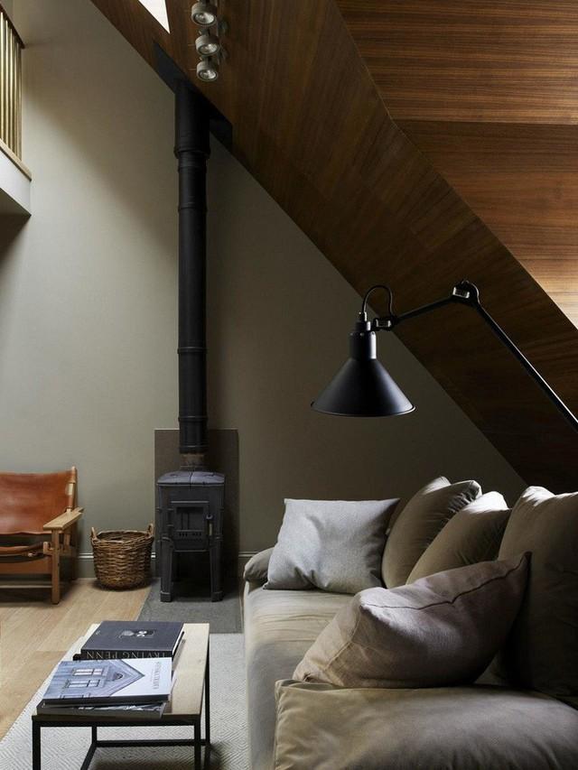 Lò sưởi và thiết kế đèn hiện đại xuất hiện trong ngôi nhà theo phong cách Scandinavian.