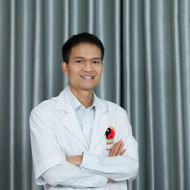Bác sĩ đông y Quốc Lễ (Phòng khám Viên Minh Đường, Hà Nội).
