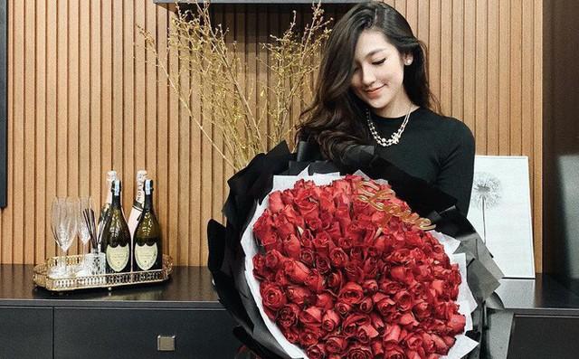 Tú Anh thường được chồng tặng hoa trong những ngày kỉ niệm, ngày đặc biệt.