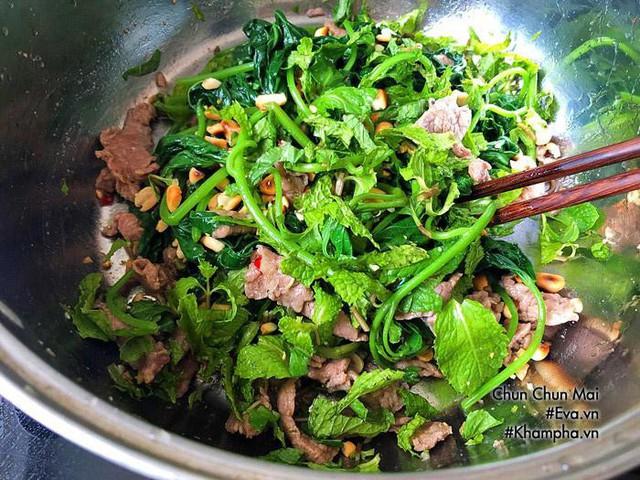 Cho gỏi thịt bò rau lang mắm me ra đĩa, rắc phần đậu phộng còn lại lên là được.