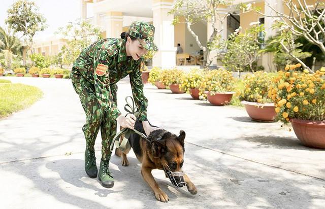 Cô nhanh chóng làm quen với việc ra hiệu lệnh, chỉ huy, tác chiến bên những chiến sĩ 4 chân.