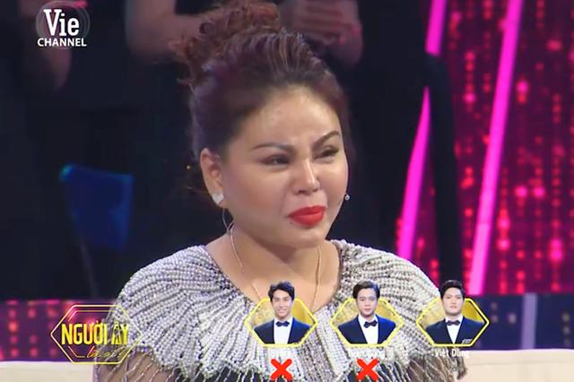 Chứng kiến cảnh này, cả Lê Giang và Lâm Vỹ Dạ đều rưng rưng nước mắt, lên sân khấu động viên Tuấn Dũng.