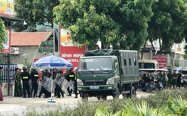 Nhóm côn đồ mang dao, bom xăng, xi lanh tấn công nhà hàng, hàng chục cảnh sát cơ động được điều đến ngăn chặn - Ảnh 2.