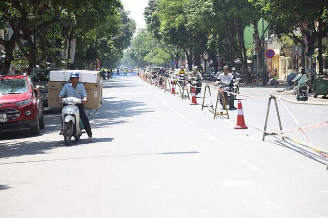 Lập rào chắn đường Trần Hưng Đạo, đến Bệnh viện Tim Hà Nội đi lối nào? - Ảnh 1.