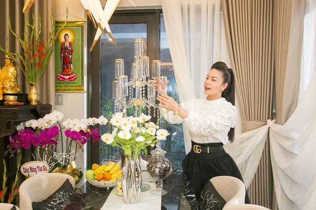 Trong phòng khách, Nhật Kim Anh sử dụng tông trắng đen với không gian mở, gần gũi với thiên nhiên.