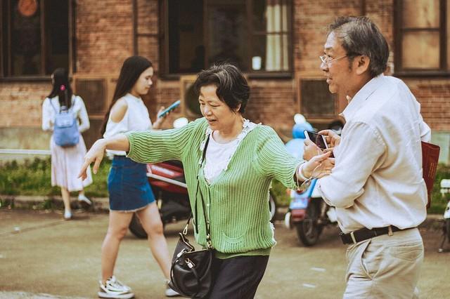 Cần tạo môi trường sống thoải mái cho người cao tuổi. Nếu người già được sống trong một môi trường thoải mái, giàu tình yêu thương và vị tha thì tâm lý, tính cách họ cũng sẽ rộng lượng, dễ chịu hơn.