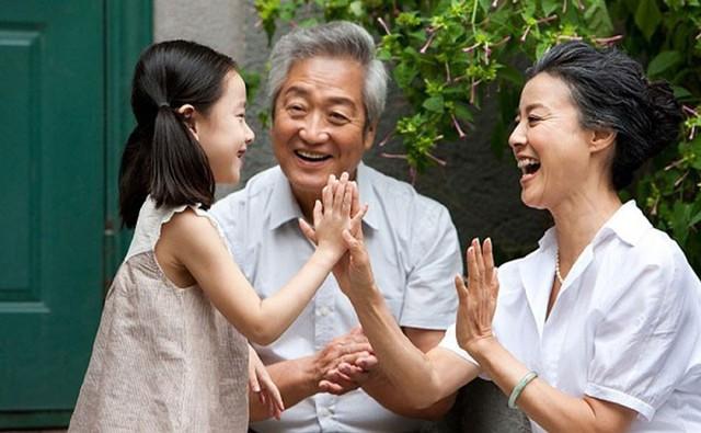 Người già thích sum họp gia đình, vì vậy con cháu nên thường xuyên về thăm, tổ chức những buổi họp mặt gia đình.