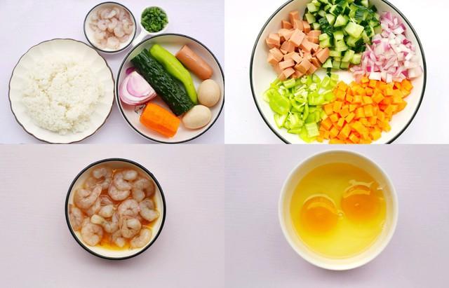 Đun nóng dầu ăn trong chảo, cho trứng vào chiên tơi rồi đổ ra bát. Thêm một chút dầu ăn vào chảo rồi thêm hành tây vào xào thơm, tiếp đó đổ xúc xích, dưa chuột, cà rốt vào đảo chung.