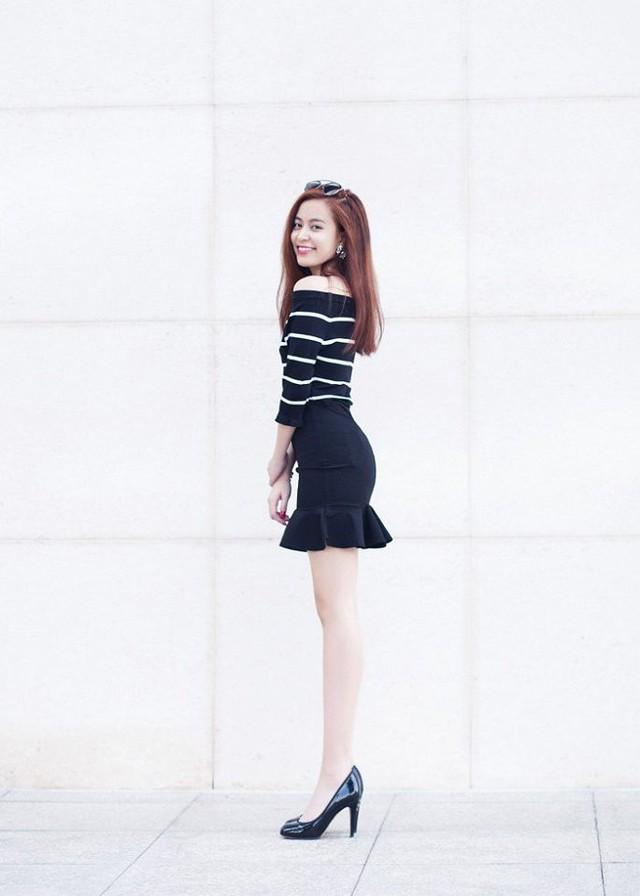 Trong một set đồ khác, giọng ca Cho nhau lối đi riêng lại chọn váy đuôi cá ôm sát giúp cô khoe được vóc dáng nuột nà đồng thời tạo cảm giác đôi chân dài hơn.