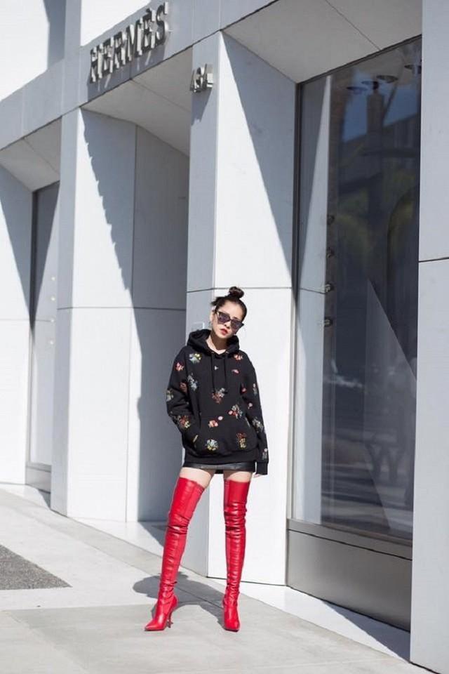 Boots đỏ cao cổ tiếp tục được Chi Pu tận dụng với mốt giấu quần.