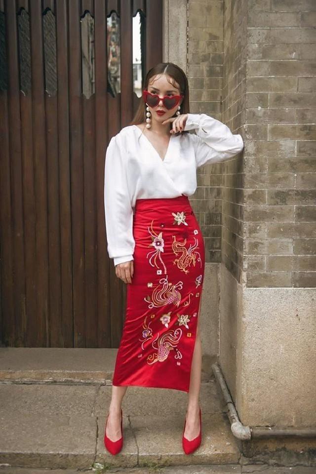 Tận dụng lợi thế về đôi chân, Yến Trang thường xuyên diện những mẫu váy dài hoặc váy bút chì ôm sát.