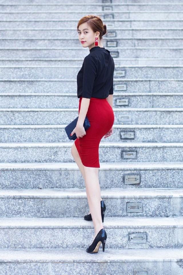 Một lần khác, vẫn là giày cao gót màu đen nhưng được Hoàng Thùy Linh diện cùng chân váy bút chì đỏ nổi bật.